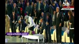الرئيس السيسي يصافح «مريم» الأولى على الثانوية فور وصوله مؤتمر الشباب.. فيديو