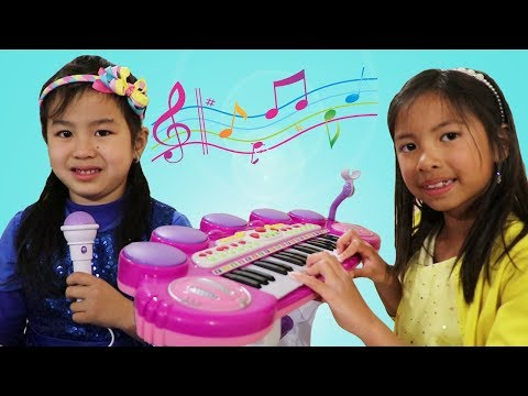 Jannie Learns to Play Piano w Wendy & Lyndon! Kids Start a Music Band