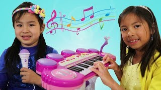 Jannie Learns to Play Piano w/ Wendy & Lyndon! Kids Start a Music Band thumbnail