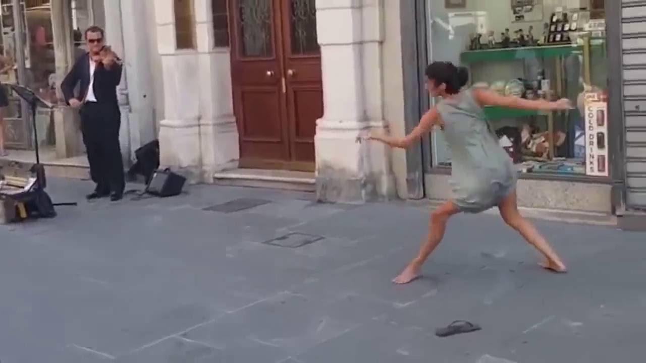 Това момиче не се сдържа, хвърли чехлите и потанцува направо на площада!