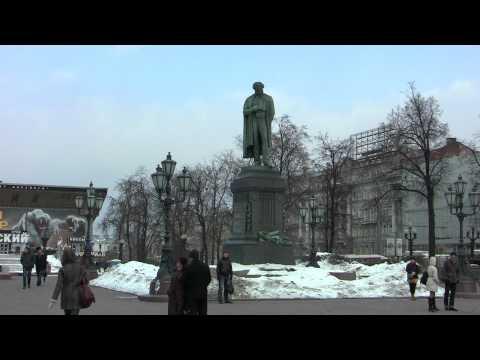 У памятника Пушкину в Москве в День русского языка