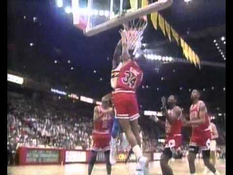 Orlando Woolridge posterizes Stacy King and Will Perdue
