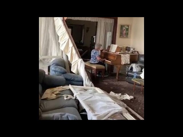 <span class='as_h2'><a href='https://webtv.eklogika.gr/virytos-giagia-paizei-piano-mesa-sto-katestrammeno-tis-spiti' target='_blank' title='Βηρυτός: Γιαγιά παίζει πιάνο μέσα στο κατεστραμμένο της σπίτι…'>Βηρυτός: Γιαγιά παίζει πιάνο μέσα στο κατεστραμμένο της σπίτι…</a></span>