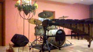 Клёво играет на барабанах!!