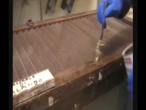 Come pulire i mobili in legno doovi - Sverniciare mobile antico ...