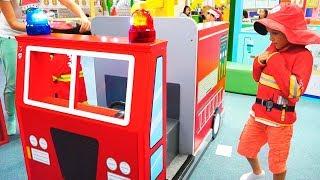 Vlad und Mama tun so, als würden sie im Spielezentrum für Kinder ihren Beruf ausüben
