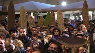 """Le sardine a Rimini cantano """"Romagna mia"""" e """"Bella ciao"""". Salvini non va in piazza"""
