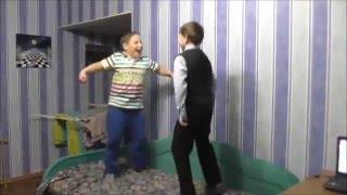 Борьба подушками,Кунфу ,дети отрываются на диване!Смешное видео,приколы с детьми!