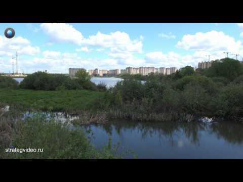 Чёрное озеро в плену многоэтажек