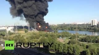 В результате аварии на нефтепроводе в Марьине на юго-востоке Москвы произошёл крупный пожар(На юго-востоке столицы произошёл крупный пожар. Пользователи соцсетей выкладывают в сеть фотографии и..., 2015-08-12T16:36:36.000Z)