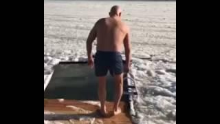 Мэр Одессы купается на Крещение(Источник видео: www.instagram.com/truhanov_official/, 2017-01-19T10:29:11.000Z)