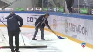 Роман Савченко разбивает стекло / Savchenko brakes the glass by a huge slap shot