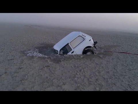 В Таганроге из-за сильного ветра вода в заливе отступила на сотни метров от берега.