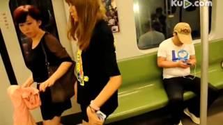 上海地铁二号线女孩被宅男踩掉裙子全露1