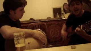 Pedro e Bruno cantam trecho de A Maldição do Samba