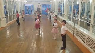Урок танца у первоклассников