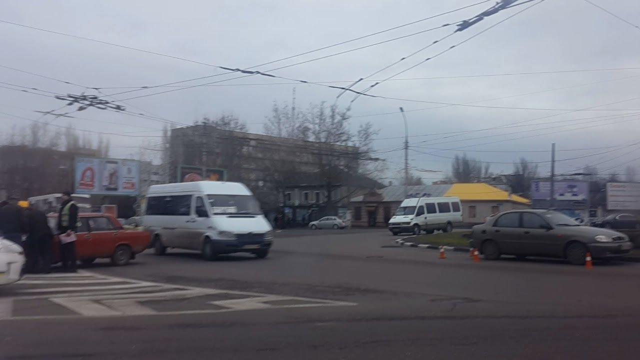 10.12.2016 в Николаеве на Пушкинском кольце столкнулись две легковушки