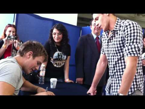 Alex Meraz asking Charlie Bewley for an autograph