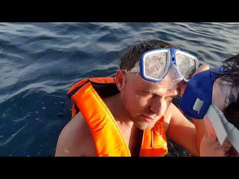 С мамой плаваем в  Красном море