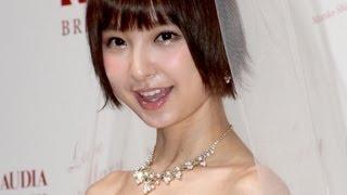 アイドルグループ「AKB48」の篠田麻里子さんが4月8日、東京都内で行われた自身がプロデュースするウエディングドレス「Love Mary」(ラブマリー)第3弾の記者発表会に ...