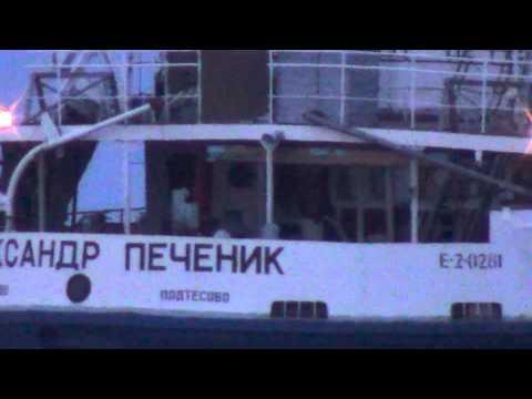 Теплоход Александр Печеник и путейский бакенщик на Енисее лесосибирск май 2013