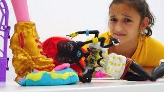 Gooliope Frankie'nin pastasını eziyor! Monster High ile oyun.