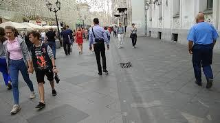 Чувак с колонкой на Никольской улице