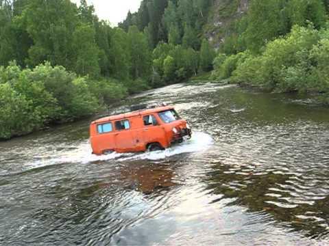 УАЗ в брод через реку Дербина