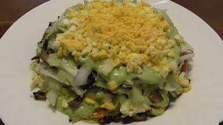 Салат из баклажанов с яйцом майонезом и маринованным луком.