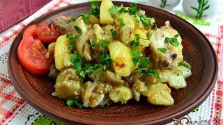 Картофель с куриными крылышками и баклажанами на сковороде