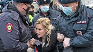video: Police detain doctors outside Navalny's prison demanding access to medical aid