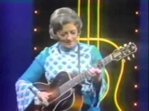 Johnny Cash Mother Maybelle Carter Pick The Wildwood Flower Johnny