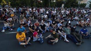 """""""Не нажимай! Присаживайся"""": протестная акция в Белграде"""