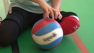 Игра в сидячий волейбол