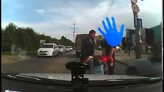 Пьяная девушка пешеход и лобовое столкновение