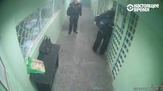 Как полицейские издевались над задержанными – видео с камеры наблюдения в участке