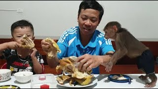 Baby Monkey | Monkey Doo And Cat Miu Eat Boiled Chicken With Family