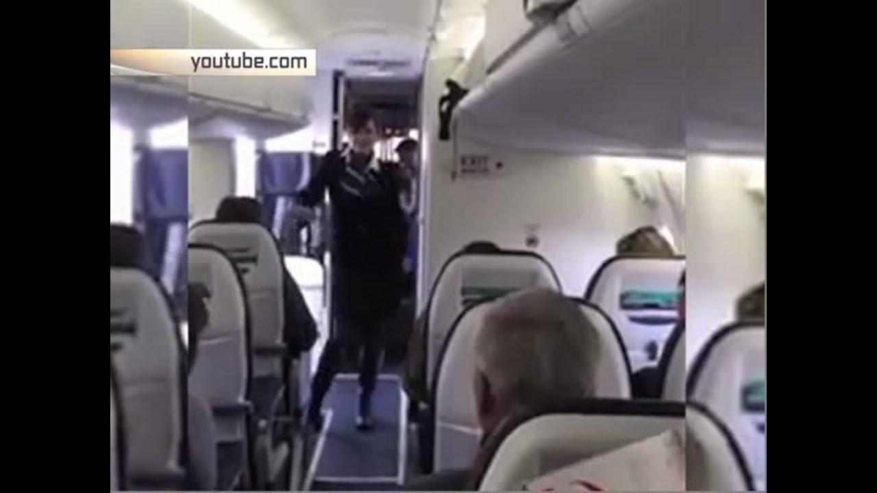 Стюардесса удовлетворяет ручками пассажира 23 фотография