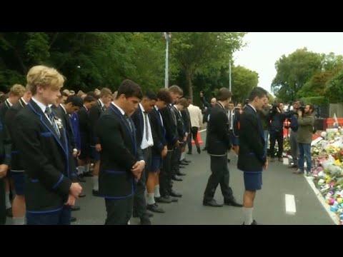 طلاب مدرسة ثانوية يؤدون رقصة -هاكا- تكريما لضحايا مجزرة مسجدي نيوزيلندا…  - نشر قبل 60 دقيقة
