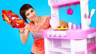 Маша Капуки Кануки готовит ЯБЛОЧНЫЙ ПИРОГ а машинки ей помогают Поем Песенки с Левой и готовим