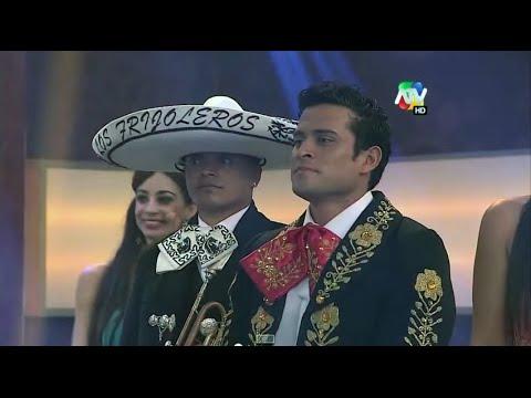 Cristian Dominguez le canta a Karla Tarazona