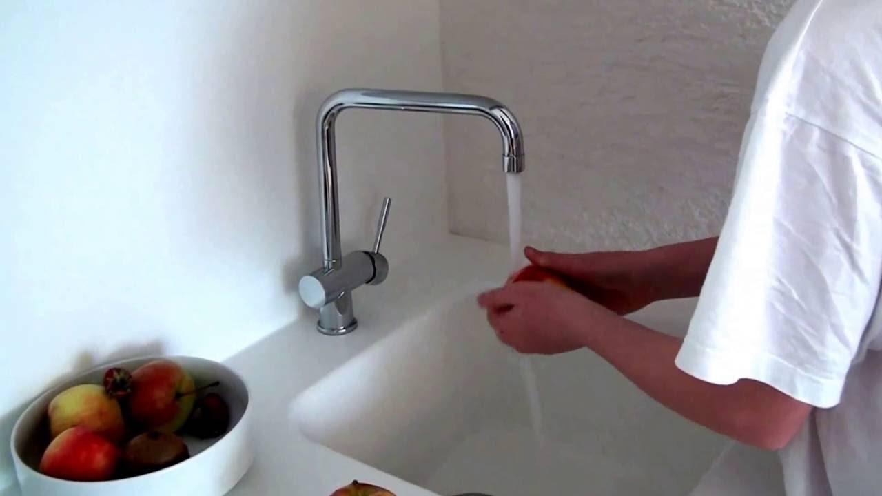 Gessi Oxygene Küchenarmatur auf weisser Corian Küche - YouTube