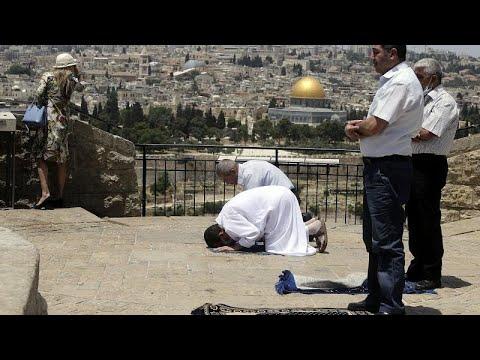 شاهد: في أول أيام العيد الشرطة الإسرائيلية تعتقل مصلين فلسطينيين خارج المسجد الأقصى…  - 11:01-2020 / 5 / 24