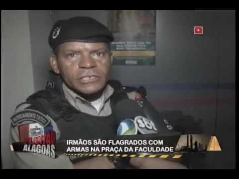 IRMÃO SÃO FLAGRADOS COM ESPINGARDA DOZE E GARRUNCHA EM PONTO DE ÔNIBUS