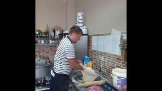 Как правильно подкидывать тесто для пиццы