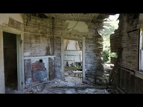 Urbex: Creepy Abandoned Mansion and Barn on Island!