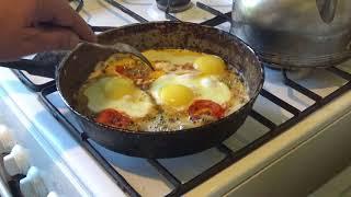 Вкуснейшая яичница с перцем чили и помидорами