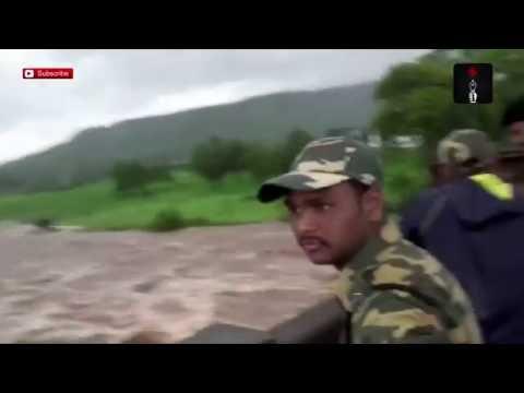 Terribles imágenes: un puente se desmoronó en India y dos micros cayeron a un río