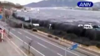 Цунами в Японии глазами жертвы(Данное видео цунами в Японии было снято очевидцем и почти жертвой мобильным телефоном с очень близкого..., 2011-03-16T11:32:48.000Z)