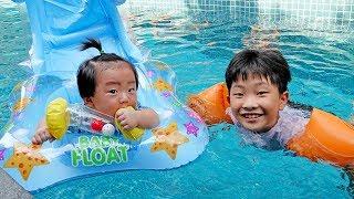 예준이의  아기 동생 돌보기 보행기 장난감 풍선 물놀이…